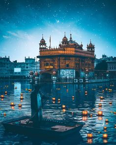 Photography is a fulfilling recreational activity for you. You will never be great at it without a bit of knowledge about photography to take pictures properly Guru Granth Sahib Quotes, Sri Guru Granth Sahib, Golden Temple Wallpaper, Guru Nanak Wallpaper, Guru Nanak Ji, Golden Temple Amritsar, Harmandir Sahib, Religious Photos, Religious Symbols