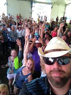 #tobykeith #lookalike #selfie at the #runawaycountry #festival. All these people waited in line for photos with me and Greg west as #jasonaldean.