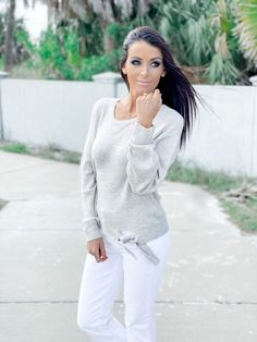 Holiday Outfits, Spring Outfits, Initial Necklace, Outfit Of The Day, Pullover Sweaters, White Jeans, Fashion Beauty, Classy, Nude