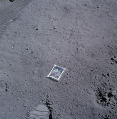 During the Apollo 16 mission, NASA astronaut Charles Duke left a family photo on the moon that was enclosed in a plastic bag. Rare Historical Photos, Rare Photos, Old Photos, Iconic Photos, Rare Pictures, Vintage Photos, Alien Pictures, Rare Images, Amazing Photos