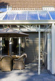 Veranda met landelijk interieur in Engelse tuin | De Mooiste Verandas