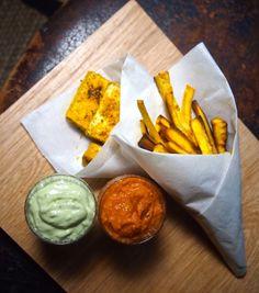 Tofu 'n (palsternakka)chips, kahdella kastikkeella