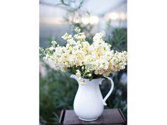 Centro de mesa para boda en jarra blanca