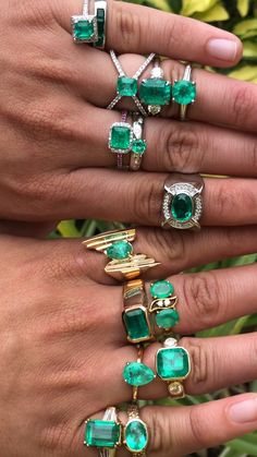 White or yellow gold for an emerald Who has trouble choosing between yellow and white gold! Which is your favorite! Emerald Cut Rings, Emerald Jewelry, Crystal Jewelry, Bijoux Design, Schmuck Design, Jewelry Design, Antique Jewelry, Saphir Rose, Jewelry Making