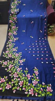Fabric Paint Shirt, Fabric Painting On Clothes, Dress Painting, Painted Clothes, Saree Painting Designs, Fabric Paint Designs, Hand Painted Sarees, Hand Painted Fabric, Simple Kurti Designs