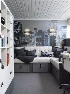 New York som fototapet pryder den ene veggen. Sofaen er hjemmesnekret.