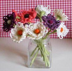 Crochet & Knitting Adventures: Crochet Flower Tutorial (has instructions in english too) Crochet Bouquet, Crochet Puff Flower, Crochet Flower Tutorial, Knitted Flowers, Crochet Flower Patterns, Love Crochet, Crochet Motif, Diy Crochet, Ravelry Crochet