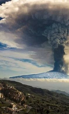 L'Etna !! L'Etna est un volcan d'Italie situé en Sicile, à proximité de la ville de Catane, la deuxième ville la plus peuplée de Sicile. Wikipédia