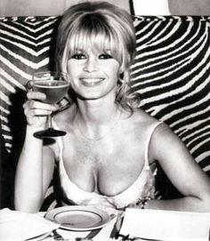 Een wrap party in New York na het opnemen van de film Viva Maria, 19 december Brigitte Bardot, Bridget Bardot, French Actress, Hot Blondes, Photo Instagram, Hollywood, Singer, Celebrities, People