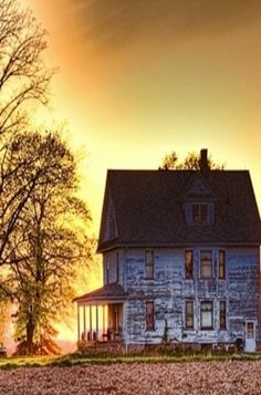 I'd so woukd live to have an old farm house like this. Old Farm House At Sunset Abandoned Buildings, Abandoned Farm Houses, Old Farm Houses, Abandoned Mansions, Old Buildings, Abandoned Places, Small Houses, Beautiful Homes, Beautiful Places