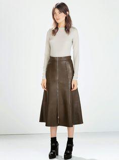 Flechazo con la falda de vuelo midi en piel de Zara