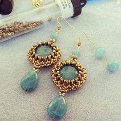 Blue and gold beaded earrings Beaded Earrings Patterns, Beaded Jewelry Designs, Handmade Beaded Jewelry, Seed Bead Earrings, Diy Earrings, Jewelry Patterns, Earrings Handmade, Twin Beads, Creations
