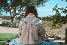 Jaqueta de segona mà pintada per Comboi de Tarongina Rain Jacket, Windbreaker, Fashion, Jacket, Moda, Fashion Styles, Fashion Illustrations, Anorak Jacket, Raincoat