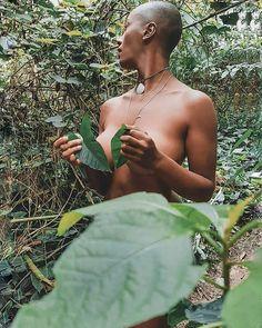 Sou apenas #gratidão a cada pessoa que me escreveu depois de ler meu relato sobre meus implantes. Vcs estão me ajudando demais a encontrar formas de não me afundar em culpa e estão me munindo de força pra seguir com minha decisão.  E estou entendo a verdade é que nenhuma parte servirá perfeitamente! Você até pode procurar pelo que acha que te falta mas nunca encontrará algo que encaixe da forma que você gostaria.      #baldgirlsrock #natureza #photooftheday #naturephotography #ubatuba…