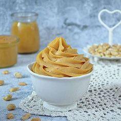 Znajdę tu fanów masła orzechowego? Jeśli tak, to mam dla Was pyszny krem do tortu z tym smakołykiem 🍰 . Link do przepisu na moim profilu @slodkipomysl ------------------------------------ #masloorzechowe #kajmak #orzechy #przepis #torty #masłoorzechowe #penautbutter #deser #nasłodko #kochamjesc #pychotka #wypieki #domowejroboty #easyrecipe #mniammniam #smaczne #smaczne #simplerecipe #nobake #bezpieczenia #piatek #bakinglife #mascarponecream #orzechyziemne #blogkulinarny Frosting Recipes, Cake Recipes, Dessert Recipes, Food Cakes, Flan, Cake Cookies, Bon Appetit, Nutella, Peanut Butter