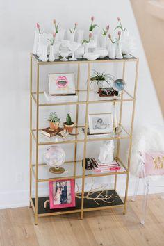 ein vergoldetes Regal selber machen: weißes IKEA (VITTSJÖ?)-Regal und dann mit Spray von Amazon vergolden.