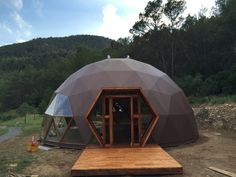 30 Geodesic Dome Ideas for Greenhouse, Chicken Coops, Escape Pods, etc. Geodesic Dome Greenhouse, Geodesic Dome Homes, Eco Construction, Dome Structure, Dome House, Tiny House Cabin, Earth Homes, Earthship, Round House