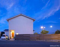 シンプルな外観-夜景(住宅作品3・庭と一体!家族の成長を見守る住まい)- 外観事例|SUVACO(スバコ)