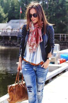 Amárrate una bufanda, toma un maxibolso y lleva Converse con tus pantalones arremangados. | 29 Formas de usar jeans sin lucir como una mujer aburrida