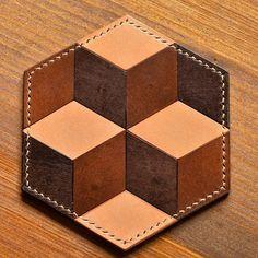 寄せ革細工のレザーコースターは見る角度によって四角い箱が3つ見えたり、角度を変えると六芒星がみえます。 #寄せ革細工 #寄せ革 #寄木細工 #イタリアンレザー…