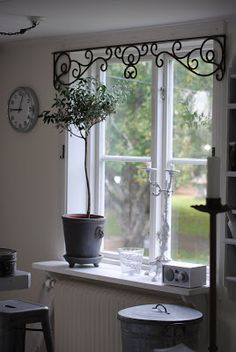 Whether you& moving in to a new house and your windows are begging for attention, or you& just ready to give your existing home a makeover, consider these 20 most unique window treatment ideas Cr - diy-home-decor Unique Window Treatments, Kitchen Window Treatments, Country Window Treatments, Curtains And Window Treatments, Industrial Window Treatments, Picture Window Treatments, Kitchen Window Coverings, Swag Curtains, Window Cornices
