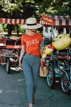 Mango high waist gingham trousers, check pants, topshop feminist t-shirt, tee, g… 2019 – Sommerkleider Trend 2019 Retro Chic, Costume Rouge, Summer Outfits 2017, Vintage Outfits, Gingham Pants, Red Gingham, Plaid Pants, Square Pants, Stylish Clothes