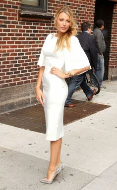 Blake Lively with a white dress of Marchesa (Winter2012), brilliant shoes and jewellery of Lorraine Scwartz