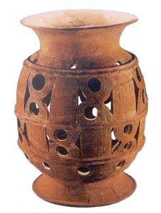 6)鏤孔(見圖),也稱鏤雕,指的是在陶坯上鏤成方孔、圓孔或三角孔等幾何形狀作為裝飾。