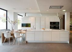 Gorgeous +SEGMENTO polar white kitchen with an integrated Aquarium