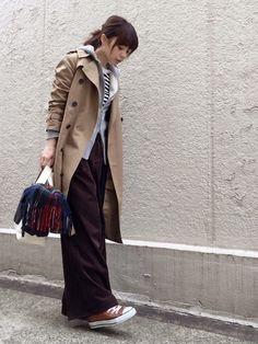 綺麗な形のトレンチにワイドパンツを合わせた着こなしです。インナーにパーカーを合わせたこなれ感のあるレイヤードスタイル。