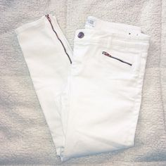 Express White Stella Low Rise Ankle Skinny Jeans Size 10. Cotton / polyester / spandex / rayon. White color. Stella low rise, ankle. Zipper pocket / ankle zip accent. Length- 32 1/2, inseam- 26, waist flat- 17 Express Jeans Ankle & Cropped