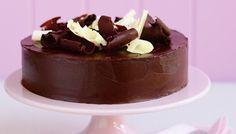 Κλασικό σοκολατένιο κέικ με γκανάς σοκολάτας και μπούκλες σοκολάτας