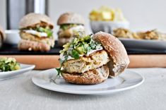 Crab Cake Sliders with Pineapple Kiwi Salsa - looks and sounds delicious Seafood Pasta Recipes, Crab Recipes, Seafood Dishes, Portobello, Chipotle, Tofu, Veggetti Recipes, Gourmet Appetizers, Bbq