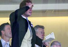 18-Jun-2014 9:57 - PRINS HARRY WAAGT EEN GOKJE BIJ PAARDENRACES. De Royal Ascot paardenrace is het beroemde een vijf dagen durend race-evenement waar de beste ruiters van de wereld tegen elkaar strijden. In het Engelse Berkshire komt iedereen die iets voorstelt in de wereld van the rich and famous bij elkaar.Ook prins Harry was er dit keer bij.
