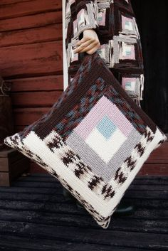 If you don't feel like making a million squares - make just two big ones. This pillowcase is made with log cabin technique, and a fun project at that. 4 Ply Yarn, Wool Yarn, Crochet Pillow, Fun Challenges, Star Shape, Fun Projects, Knitting Patterns, Two By Two, Quilts