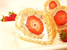 Jahodová roláda s lieskovcami Cheesecake, Muffin, Strawberry, Fruit, Breakfast, Recipes, Food, Basket, Morning Coffee