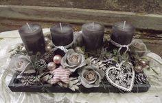Hier haben wir ein wunderschön ,romantisches Adventsgesteck auf ein graues Holztablett gefertigt.. Die hochwertig durchgefärbten grauen Kerzen sitzen sicher auf Kerzentellern und können somit...