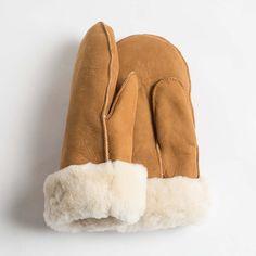 Die Fellhandschuhe sind aus kontrolliert biologischer Tierhaltung von Naturfell Paradies Sie sind kuschlig weich und sehr schön warm. Das Leder ist pflanzlich gegerbt und das verwendete Lammfell stammt von Tieren aus freier...