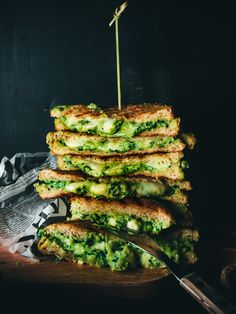 Grilled avocado, spenach and cheese sandwiches I Love Food, Good Food, Yummy Food, Vegetarian Recipes, Healthy Recipes, Food Goals, Greens Recipe, Daily Meals, International Recipes