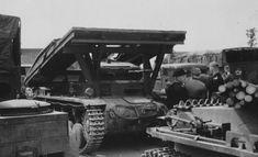 https://flic.kr/p/E2UEHK | 1940, France,  Une unité allemande au repos pendant la campagne de France. A noter au centre un Pz.Kpfw II Ausf.C (Brückenleger auf Panzerkampfwagen II)
