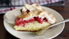 it's hard to choose a favorite dessert at the peak of strawberry season. Have it both ways with this clever combination of cake and pie, featuring juicy fresh berries Betty Crocker SuperMoist yellow cake mix. Fresh Strawberry Desserts, Strawberry Pie, Refreshing Desserts, Summer Desserts, Cake Recipes, Dessert Recipes, Dessert Ideas, Pie Cake, Pie Dessert