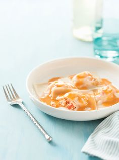 Raviolis de homard, sauce au beurre au homard  Rien n'empêche de faire le fond de la sauce avec des crevettes plutôt que de la chair de homard. Servir ensuite les crevettes avec les raviolis.