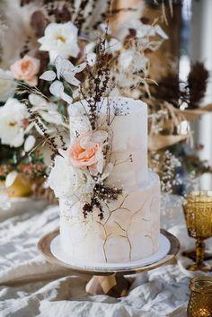 boho wedding cakes Renaissance In - weddingcake Wedding Cake Inspiration, Elopement Inspiration, Wedding Ideas, Shed Wedding, Wedding Shot, Wedding Dj, Wedding Stuff, Dream Wedding, Chic Vintage Brides
