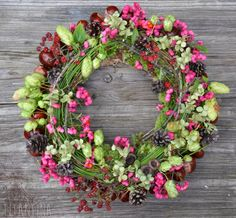 Latest Cost-Free natural Fall Wreath Suggestions The autumn year produces by using it comfy strong colours, feathery leaves and lots of collect fruit Front Door Plants, Wreaths For Front Door, Door Wreaths, Diy Fall Wreath, Fall Wreaths, Fleurs Diy, Deco Floral, Autumn Nature, Nature Crafts