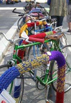 Les Deux Moulins: [Yarn bombing]