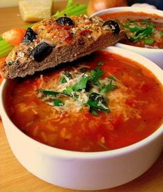 Dziś moja ukochana kuchnia włoska. Tym razem zapraszam na bardzo pożywną zupę fasolą, która jest bardzo popularna w Toskanii. Jak to z tra...
