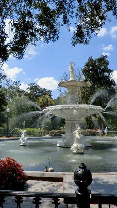 The fountain in Forsyth Park, Savannah, GEORGIA -- this is an absolutely beautiful spot.  Savannah has some of the most gorgeous historic parks and homes I've ever seen .... all still meticulously cared for.