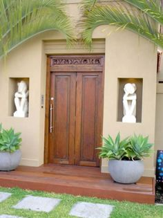Balinese gates - I like the niches for statues - front door Balinese Interior, Balinese Decor, Bali Garden, Balinese Garden, Front Door Entrance, House Entrance, Entrance Ideas, Door Design, Exterior Design