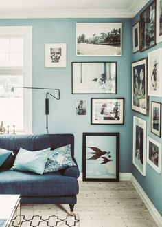 Living room in blue tones with a picture wall Follow Gravity Home: Blog - Instagram - Pinterest - Bloglovin