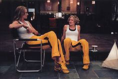 Uma Thurman having a break with her stuntdouble at Kill Bill (Quentin Tarantino, 2003)
